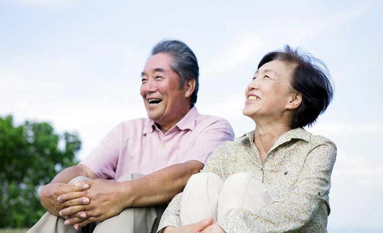 体育座りする老夫婦