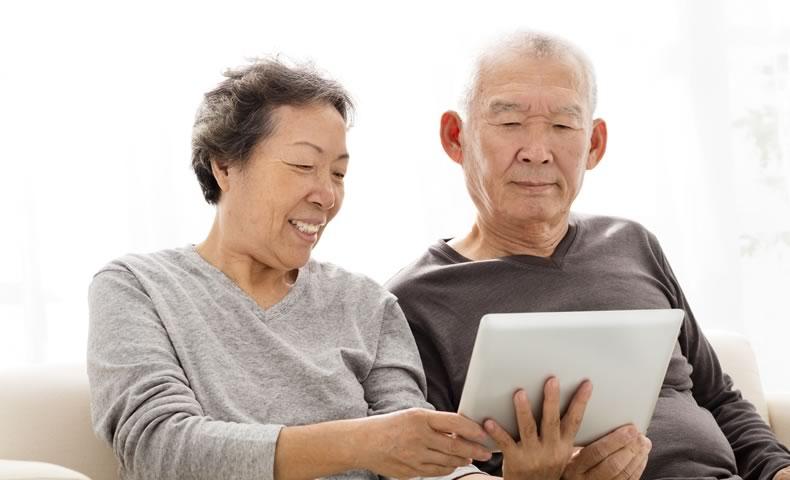 タブレット端末を使う老夫婦